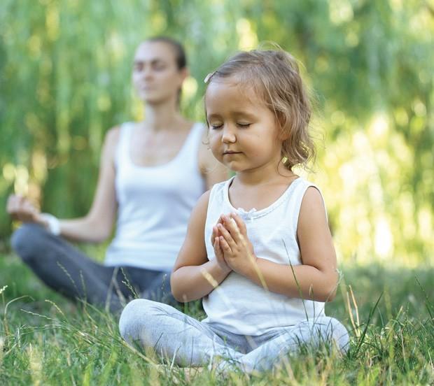 Menina meditando no parque (Foto: Thinkstock)