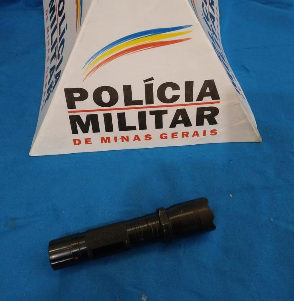 Lanterna com dispositivo de choque foi apreendida após uso em roubo de estudantes na Universidade Federal de Juiz de Fora — Foto: PM/Divulgação