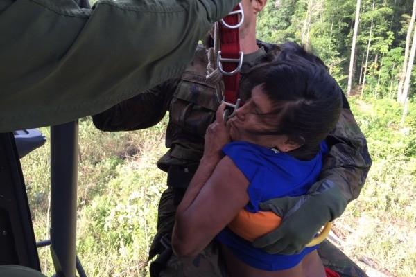 Indígena foi içada com militares até aeronave (Foto: Divulgação FAB)