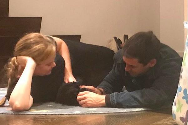 A atriz Amy Schumer com o marido, Chris Fischer (Foto: Instagram)