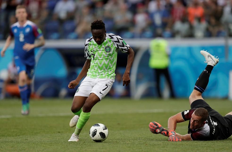 Musa dribla o goleiro islandês e toca para fazer o segundo gol (Foto: REUTERS/Ueslei Marcelino)