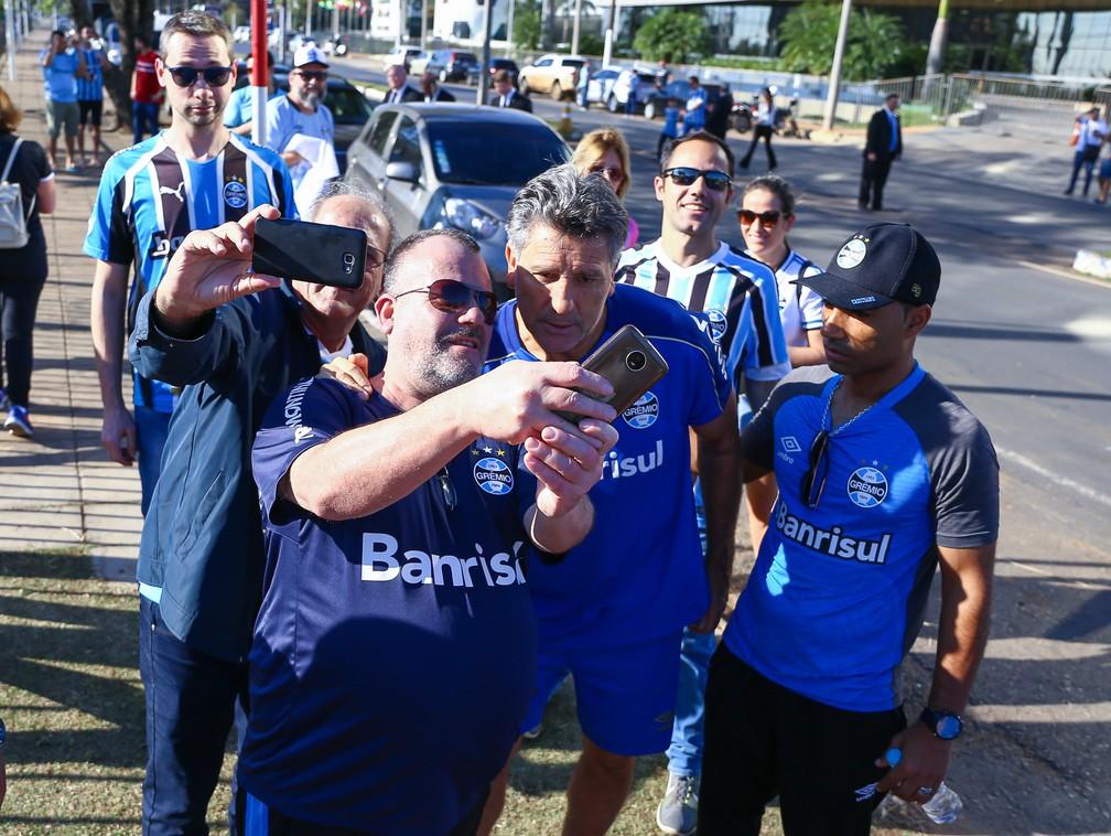 Renato Gaúcho é tietado antes de treino no Paraguai — Foto: Lucas Uebel/Grêmio