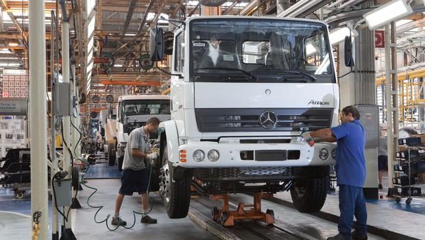 Linha de produção de caminhões da Mercedes-Benz em fábrica no ABC, em São Paulo (Foto: Divulgação)