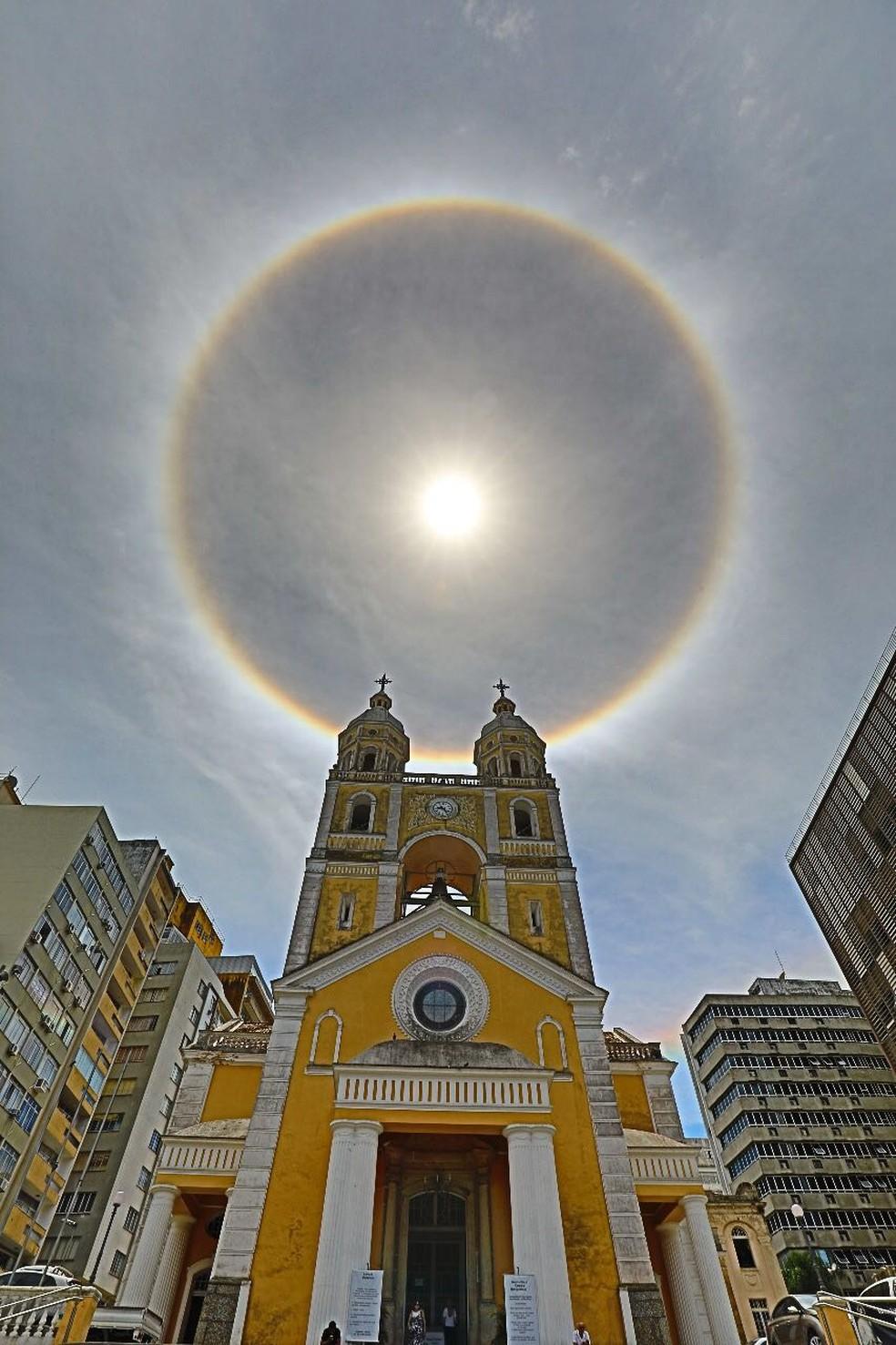 'Halo solar' foi registrado atrás da Catedral Metropolitana da Arquidiocese de Florianópolis (Foto: Cristiano Andujar)