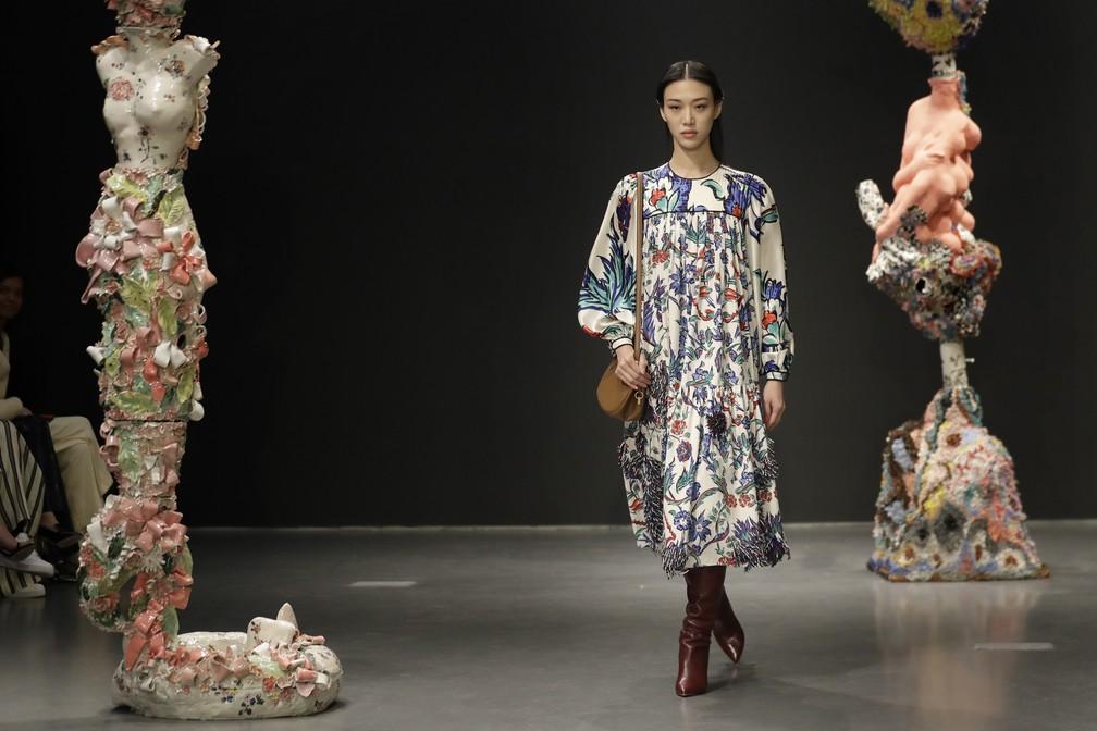 Modelo desfila pela Tory Burch na Semana de Moda de Nova York — Foto: Seth Wenig/AP Photo