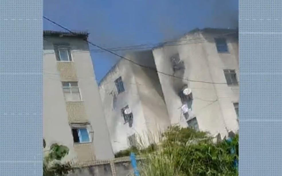 Incêndio deixa apartamento destruído em bairro de Salvador — Foto: Reprodução/TV Bahia
