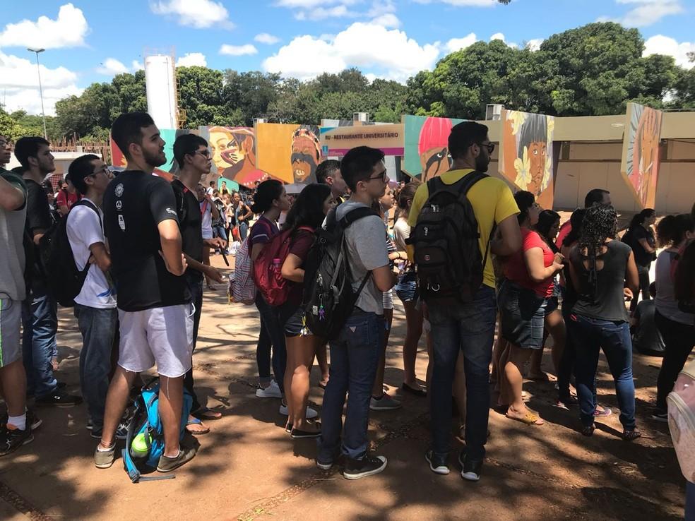 Fila para pegar a refeição em protesto ao restaurante universitário em Campo Grande MS (Foto: Cláudia Gaigher/ TV Morena)