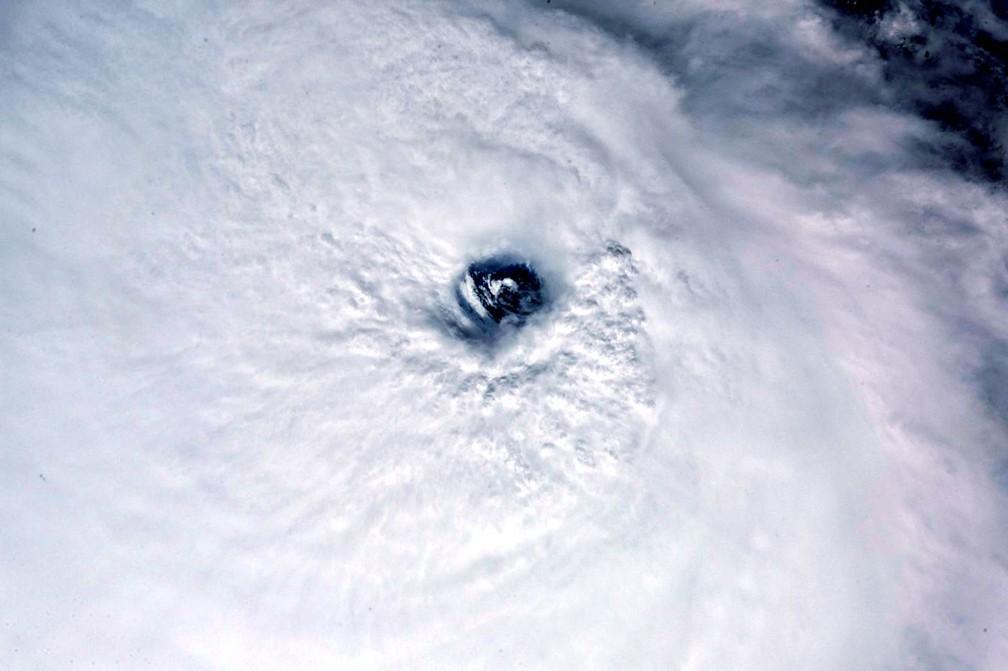 Imagem feita da Estação Espacial Internacional pelo astronauta italiano Paolo Nespoli mostra o olho do furacão José visto do espaço. Nespoli postou a imagem na madrugada desta segunda-feira (11) (Foto: Reprodução/Twitter)