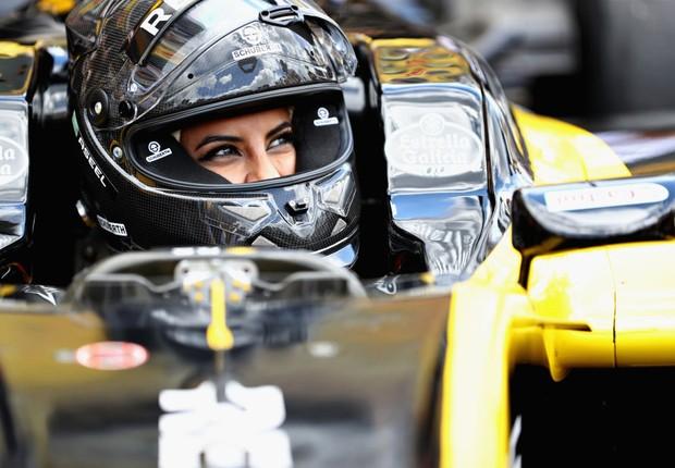 Aseel Al-Hamad, da Arábia Saudita, em carro de Fórmula 1 da Renault (Foto: Mark Thompson/Getty Images)