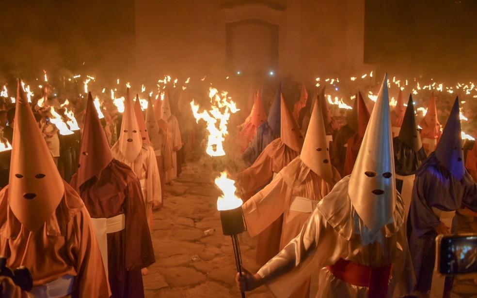 Farricocos durante a Procissão do Fogaréu, na cidade de Goiás — Foto: Vitor Santana/G1