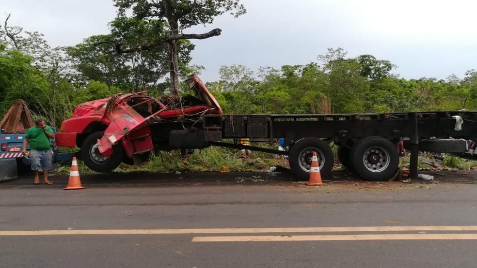 Veículo capotou na pista que estava molhada. — Foto: Divulgação/Polícia Rodoviária Federal