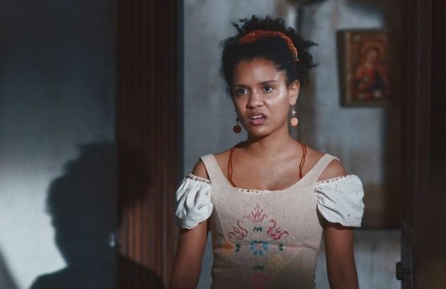 No sábado (16), Zayla ouve quando Olu comenta com Cândida sobre a carta de alforria falsa de Samuel  (Foto: TV Globo)