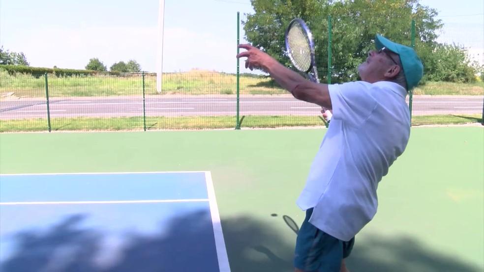 Leonid Stanislavsky, de 93 anos, é o jogador de tênis mais velho da Ucrânia, segundo o Registro Nacional de Recordes da Ucrânia. (Foto: BBC)