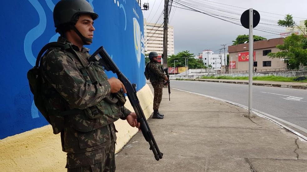 Soldados do Exército fazem patrulha nas ruas de Fortaleza com o motim de policiais militares — Foto: José Leomar/SVM
