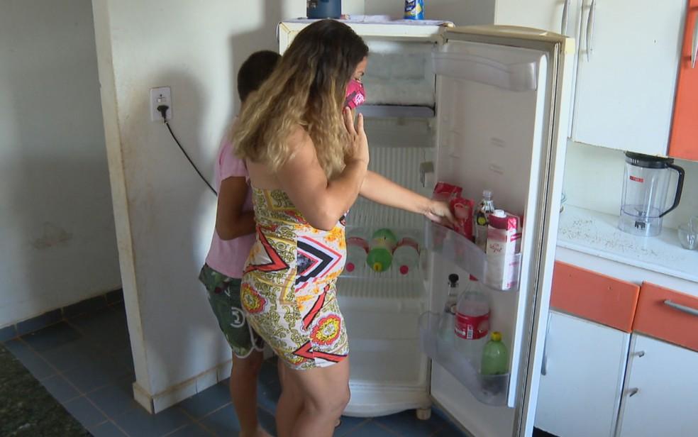 Família com geladeira vazia em Goiânia — Foto: Reprodução/TV Anhanguera