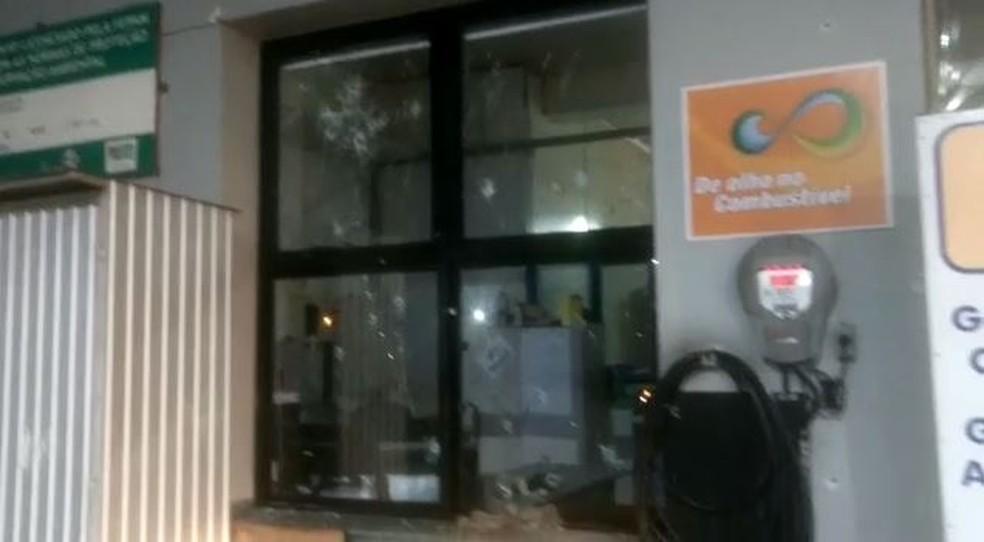 Criminosos trocaram tiros com segurança de posto de combustível durante a fuga (Foto: Imagens cedidas pela polícia)