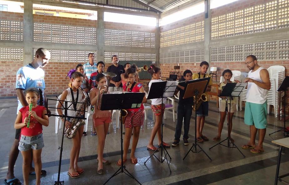 Apoiado por cooperativa, professor cria banda e transforma vidas em periferia do ES através da música
