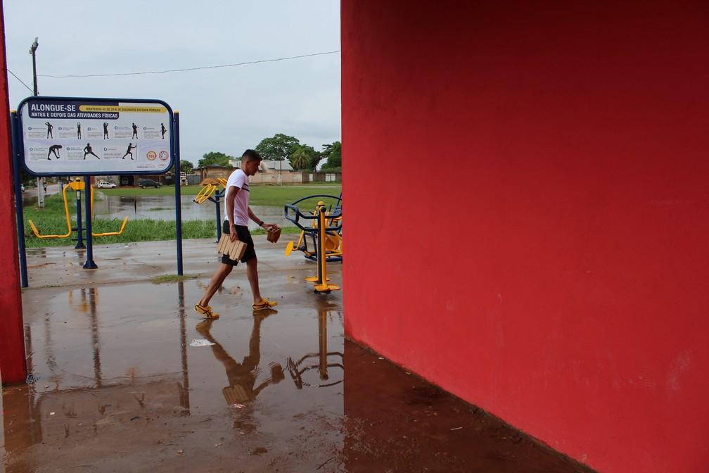 Elsinho guarda alguns tijolos que estava na frente o postinho — Foto: Jheniffer Núbia