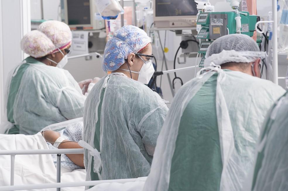 Profissionais da saúde atendem pacientes com Covid-19 em leitos da Unidade de Terapia Intensiva (UTI) do Hospital de Campanha Ame Barradas, montado em Heliópolis, na zona sul de São Paulo, nesta segunda- feira, 08 de março de 2021 — Foto: MISTER SHADOW/ASI/ESTADÃO CONTEÚDO