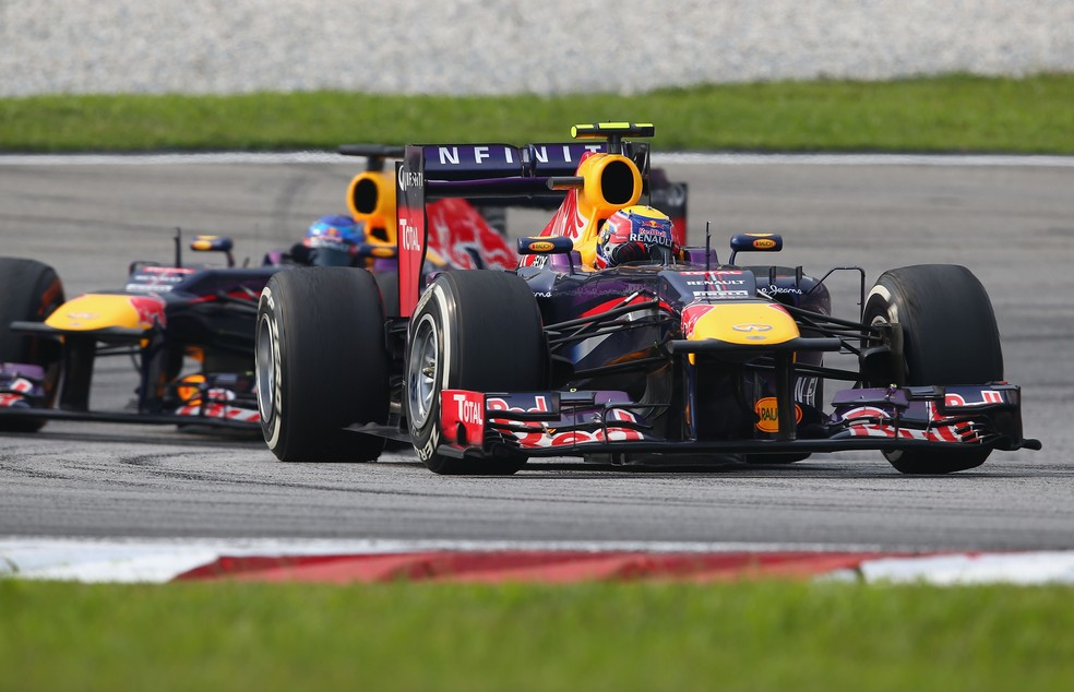 Webber e Vettel durante o polêmico GP da Malásia de 2013 — Foto: Getty Images
