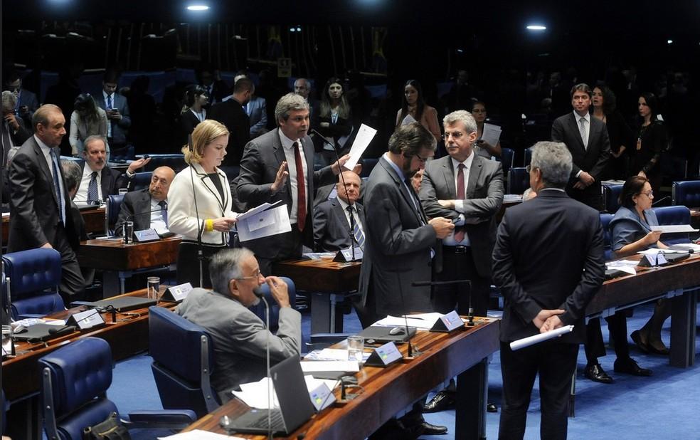 Senadores reunidos em plenário discutem projetos durante a sessão desta terça (12) (Foto: Jonas Pereira/Agência Senado)
