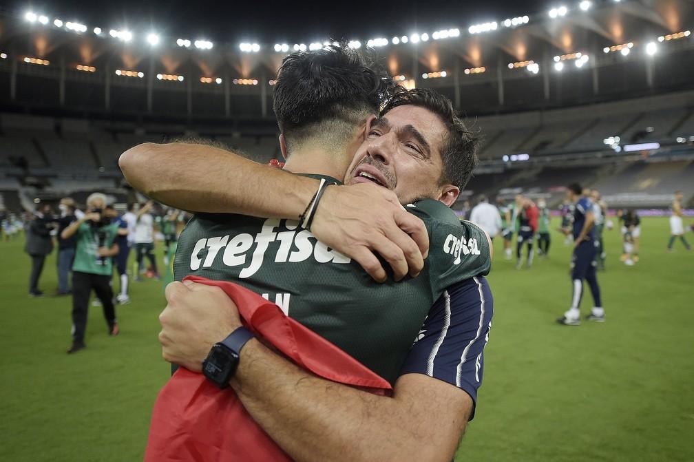 Abel Ferreira chora e segura bandeira de Portugal após título do Palmeiras — Foto: Staff Images/Conmebol
