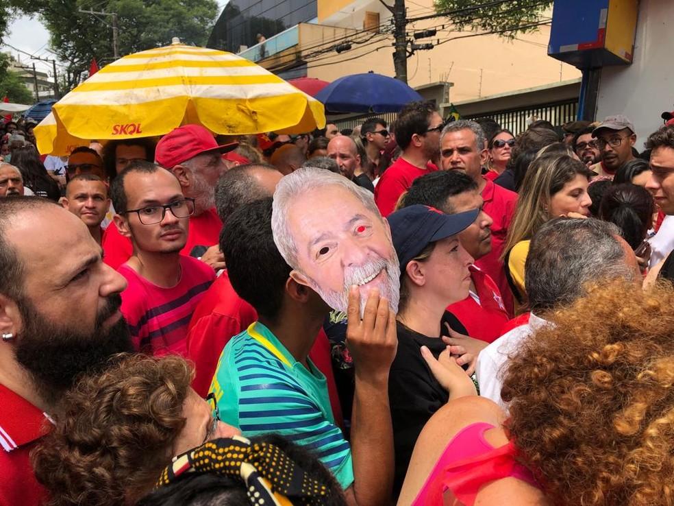 Apoiadores com máscara do ex-presidente Lula em São Bernardo do Campo — Foto: Reprodução/TV Globo