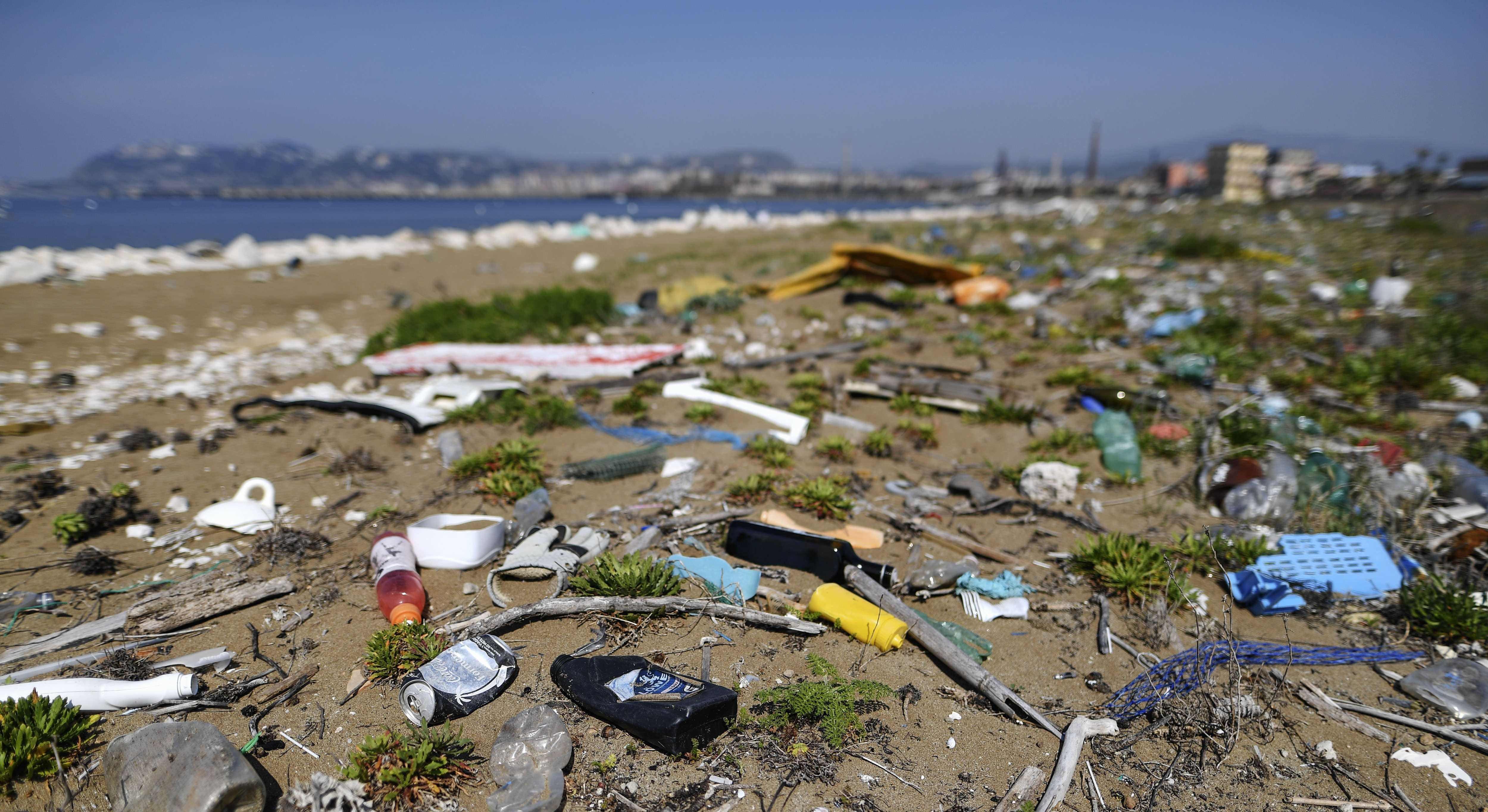 Técnica transforma plástico recolhido do oceano em combustível e energia (Foto: Getty Images)