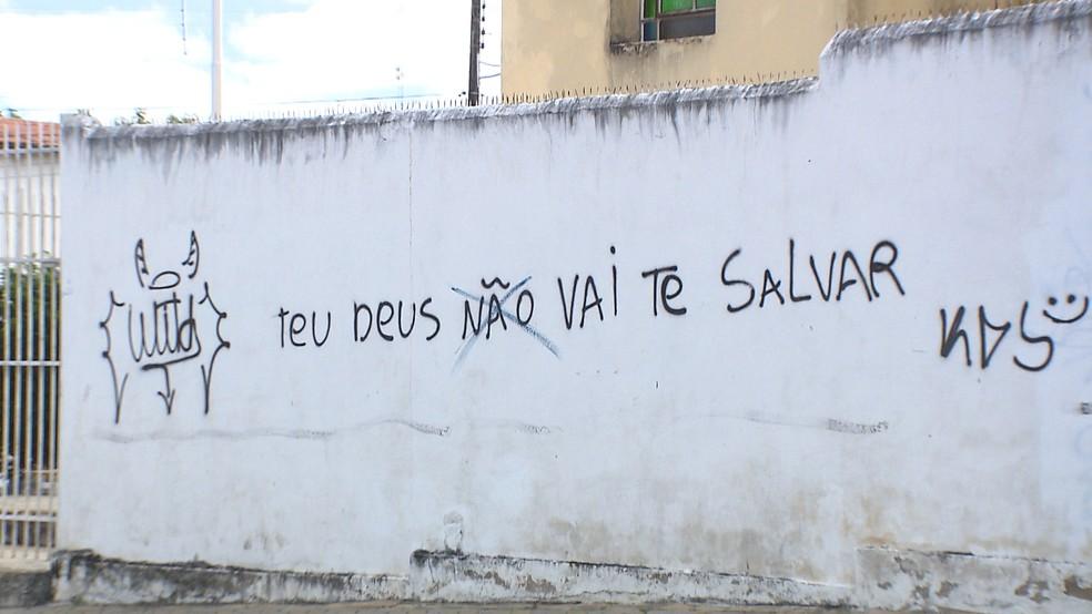 Pichaões incluem frases de intolerância religiosa e pornografias, em igrejas de Campina Grande (Foto: Reprodução/TV Paraíba)