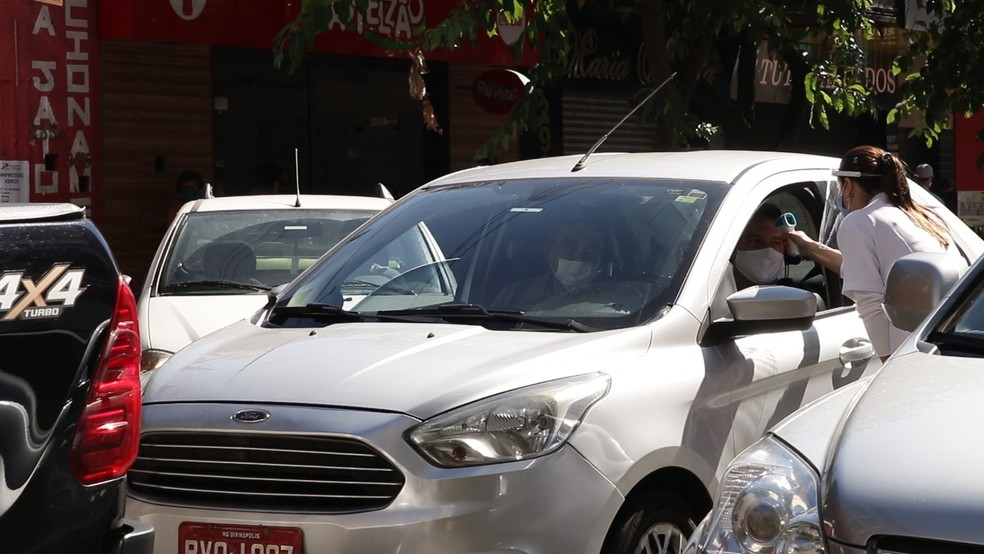 Servidores aferiram a temperatura de pedestres e motoristas; quem estava com estado febril foi encaminhado para unidades de saúde — Foto: Prefeitura de Divinópolis/Divulgação