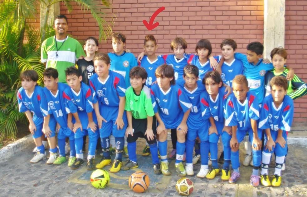 Treinador Barão (de verde) e Matheus Cunha (terceiro à esquerda) com equipe do CT Barão — Foto: Arquivo pessoal