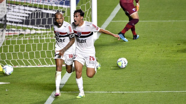 São Paulo 1 x 0 Fortaleza: Daniel Alves e Igor Gomes comemoram o gol do Tricolor paulista