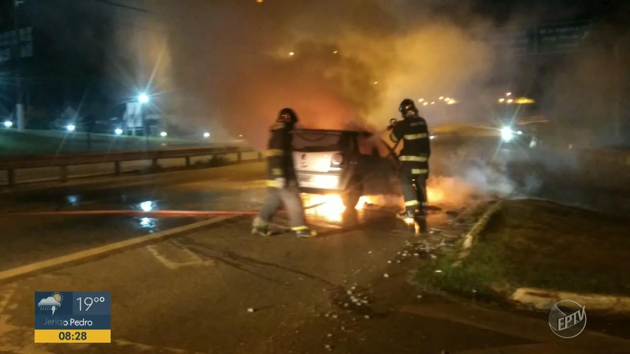 Veículo pega fogo na noite de terça-feira (20) no limite entre Valinhos e Campinas