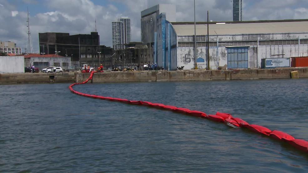 Boias são colocadas no Recife para evitar contaminação de rios por óleo — Foto: Reprodução/TV Globo