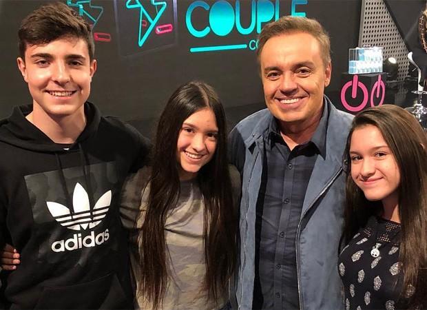 Gugu Liberato e os três filhos (Foto: Reprodução/Instagram)