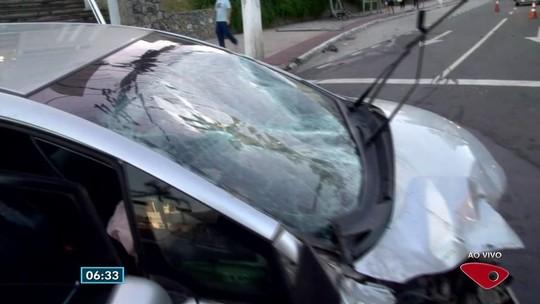 Polícia acha pinos de cocaína em carro que bateu na Reta da Penha