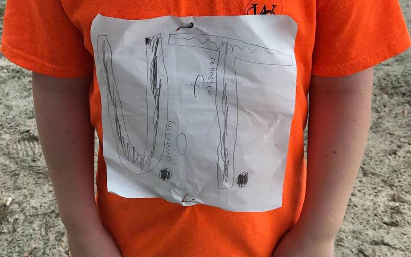 Menino que sofreu bullying por camiseta improvisada de universidade nos EUA ganha bolsa de estudos - Notícias - Plantão Diário