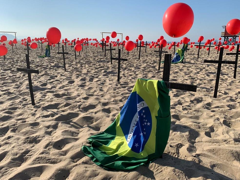 ONG Rio de Paz presta homenagem aos quase 100 mil brasileiros mortos pela Covid-19 — Foto: Narayanna Borges / GloboNews