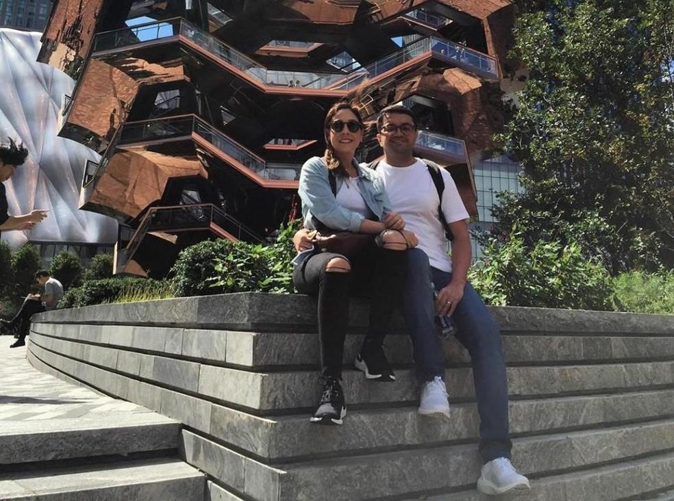 O funcionário público Douglas Figueiredo e sua esposa em Nova York: passagens das férias compradas com 140 mil milhas  — Foto: Acervo pessoal
