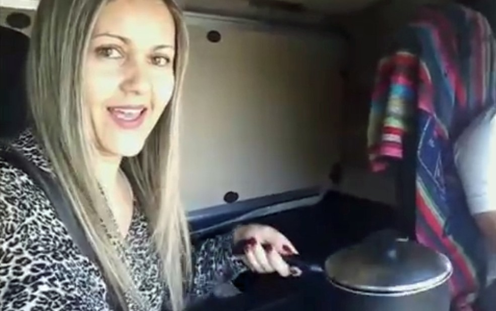 Patricia sostiene la sartén mientras prepara el almuerzo con el camión en movimiento mientras su esposo conduce - Foto: Reproducción / YouTube