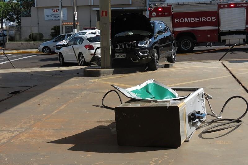 Motorista perde o controle da direção, bate em dois carros e derruba bomba de combustíveis de posto desativado em Dracena