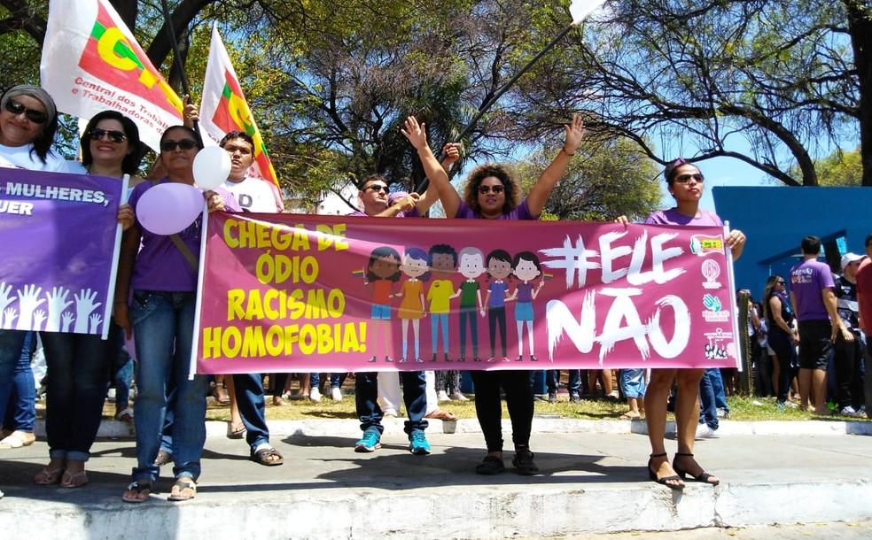 PB - Patos: Manifestantes seguram faixa em protesto contra Bolsonaro neste sábado (29) — Foto: G1