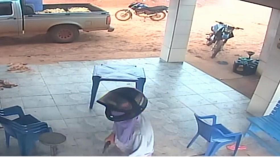Câmeras de segurança da casa mostram momento que suspeitos entram na residência e anunciam o assalto.  — Foto: Divulgação/Arquivo pessoal