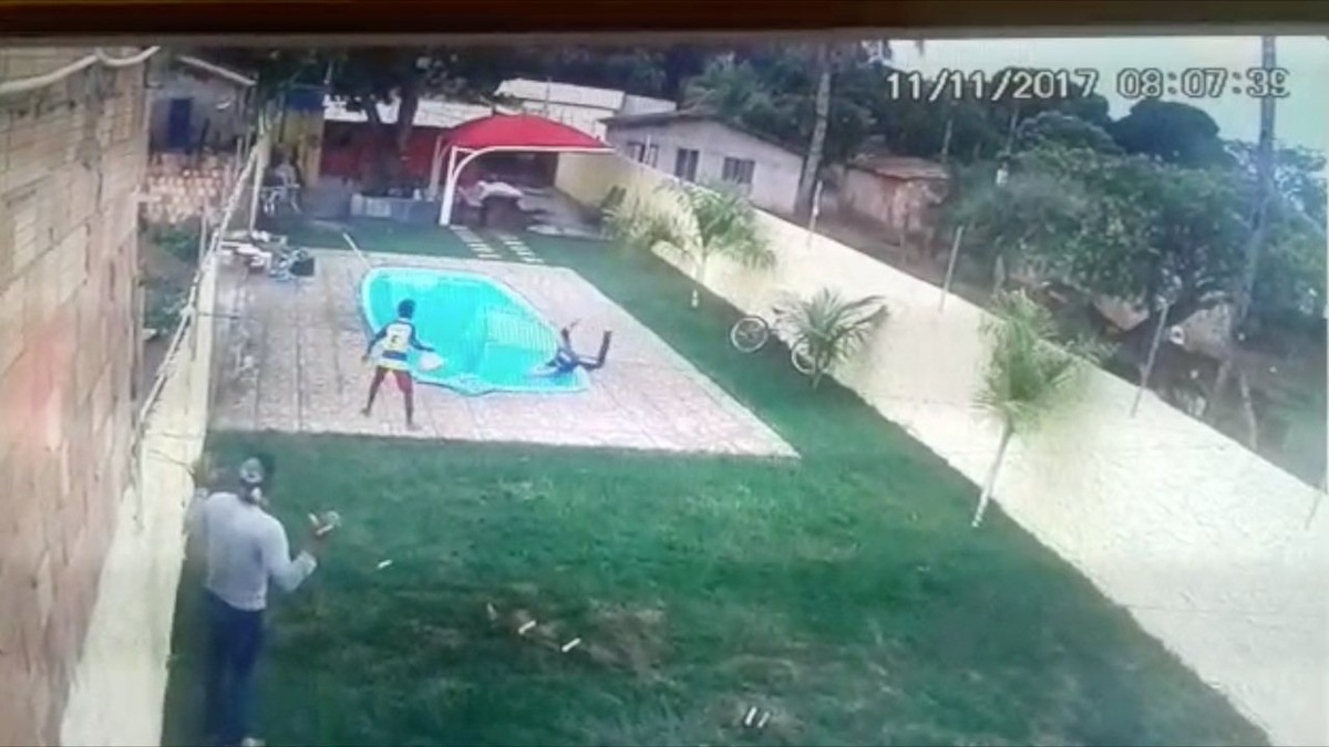 Vídeo mostra ladrão caindo em piscina após ser baleado por morador em MT