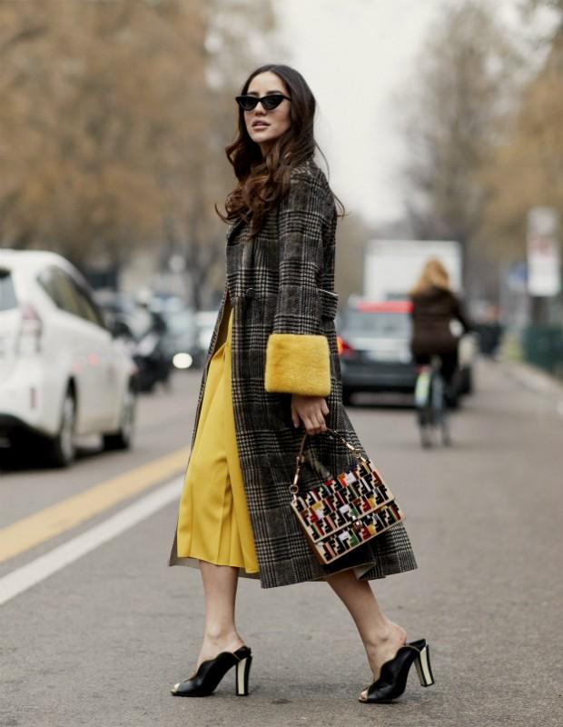 Calça amarela é curinga e vai do guarda-roupa do inverno para o verão (Foto: Imaxtree)