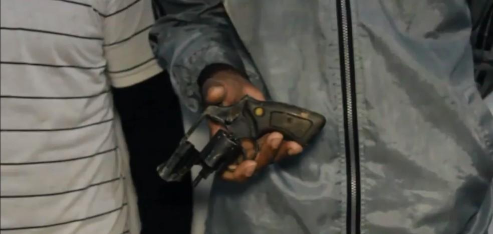 Os dois suspeitos e arma foram encontrados pela PM horas depois (Foto: TBN Notícias/Reprodução)