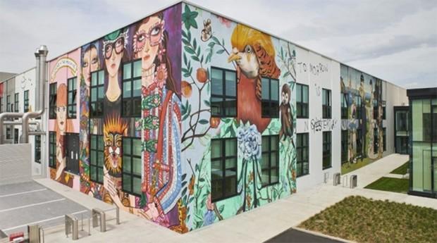As paredes externas do ArtLab contam com obras de artistas colaboradores da Gucci  (Foto: Divulgação / Gucci)
