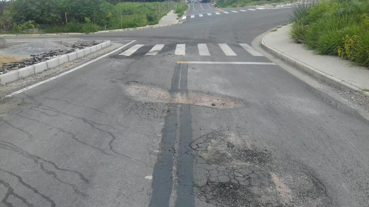 Faixa de sinalização é apagada, mas buraco continua aberto em rua de Divinópolis