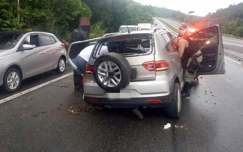 Carro aquaplanou e mulheres ficaram feridas em São Lourenço da Mata — Foto: PRF/Divulgação