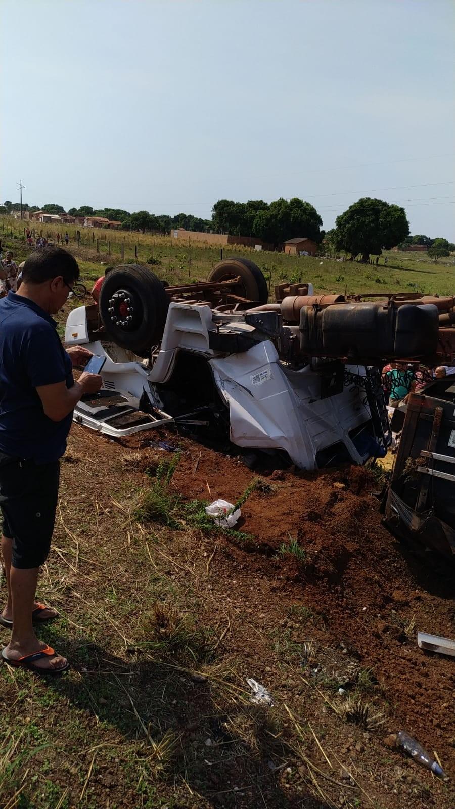 Caminhão carregado com soja tomba e deixa um morto e um ferido em Formoso do Araguaia - Notícias - Plantão Diário